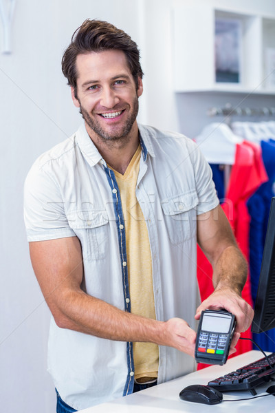 Glimlachend kassier tonen creditcard lezer portret Stockfoto © wavebreak_media
