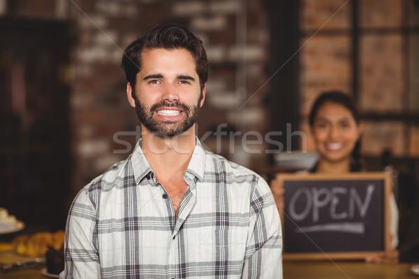 Lächelnd Kunden schauen Kamera Porträt Cafeteria Stock foto © wavebreak_media