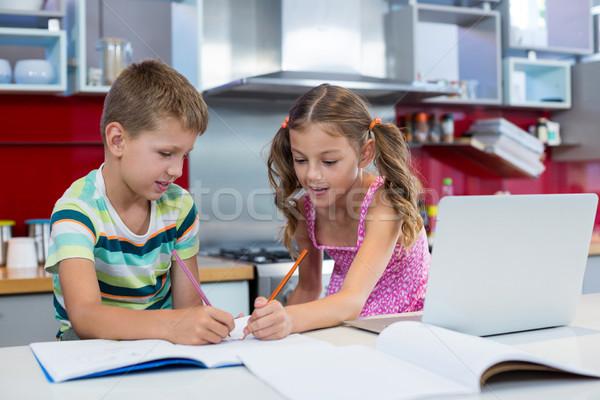 Broers en zussen huiswerk keuken home pen tabel Stockfoto © wavebreak_media