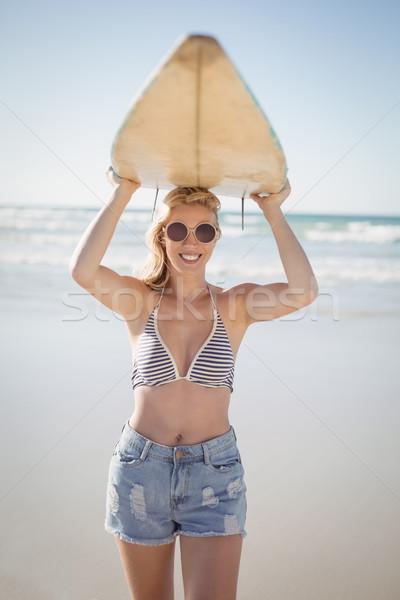 Portré fiatal nő hordoz szörfdeszka tengerpart napos idő Stock fotó © wavebreak_media