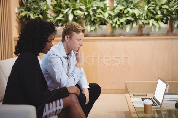внимательный используя ноутбук служба женщину человека Сток-фото © wavebreak_media