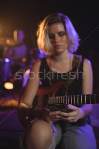 Gitarist hareketli oturma gece kulübü kadın kız Stok fotoğraf © wavebreak_media