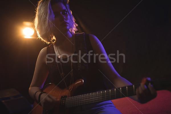 Femenino guitarrista realizar discoteca vista Foto stock © wavebreak_media