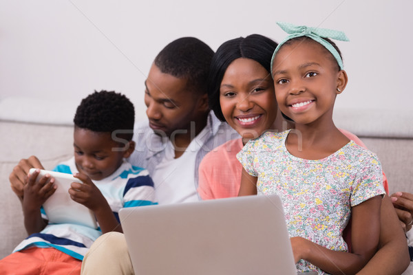 Stok fotoğraf: Mutlu · aile · dizüstü · bilgisayar · dijital · tablet · oturma · kanepe