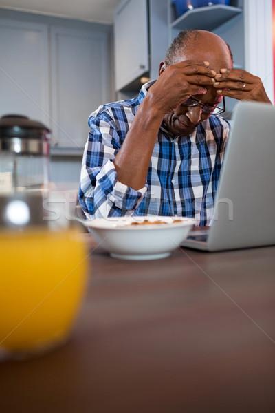 Bezorgd man met behulp van laptop vergadering home technologie Stockfoto © wavebreak_media