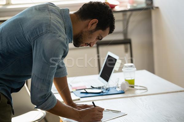 концентрированный человека рабочих служба молодым человеком столе Сток-фото © wavebreak_media