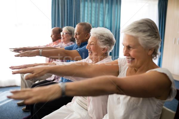 Derűs idős emberek testmozgás karok a magasban nyugdíjas otthon Stock fotó © wavebreak_media