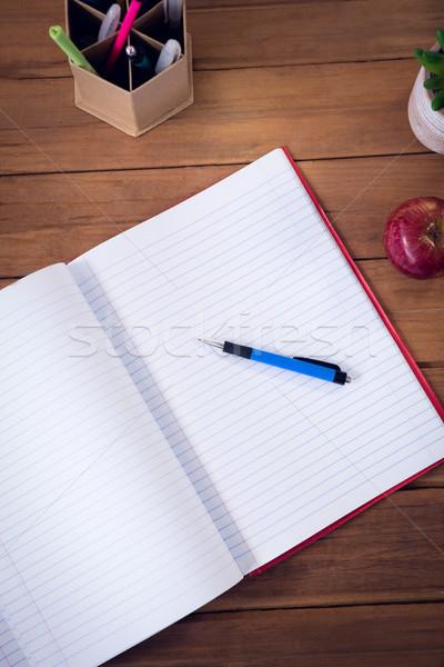 Kilátás könyv toll alma fa asztal iroda Stock fotó © wavebreak_media
