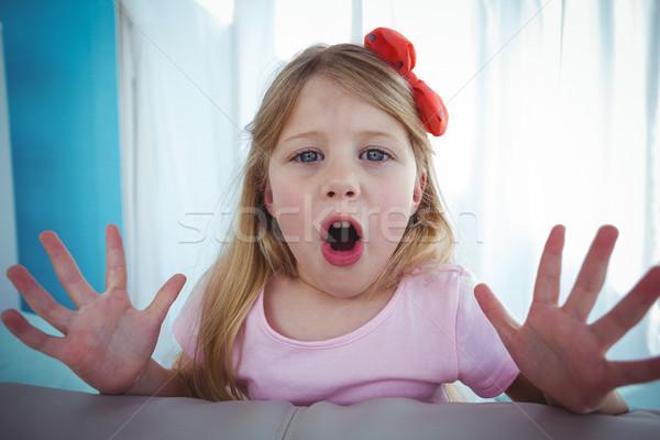 Szczęśliwy dziecko patrząc powrót kanapie uśmiechnięty Zdjęcia stock © wavebreak_media