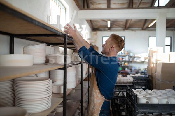 Mężczyzna Wazon półka ceramiki warsztaty działalności Zdjęcia stock © wavebreak_media