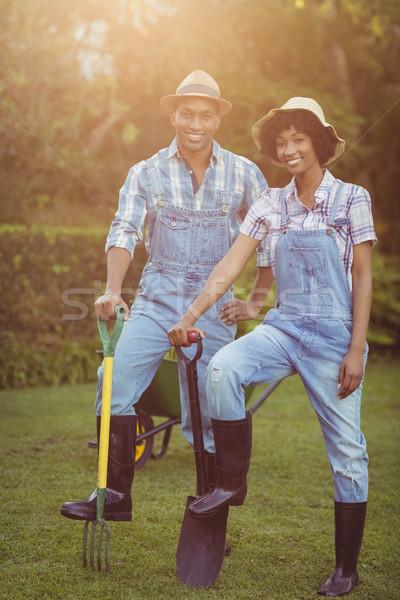 Uśmiechnięty para łopata grabie ogród Zdjęcia stock © wavebreak_media