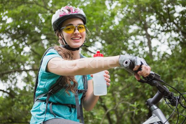 Kobieta woda pitna rowerowe trawy szczęśliwy Zdjęcia stock © wavebreak_media