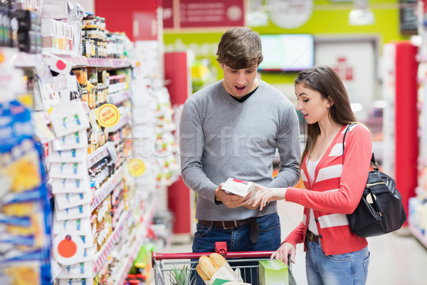 Portret kiezen product supermarkt vrouw Stockfoto © wavebreak_media