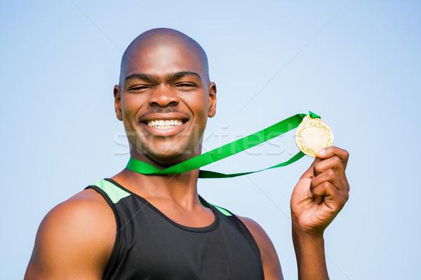 Atléta mutat aranyérem portré boldog stadion Stock fotó © wavebreak_media