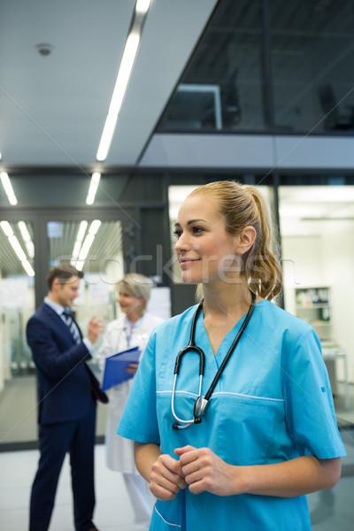 Stok fotoğraf: Kadın · doktor · ayakta · koridor · hastane
