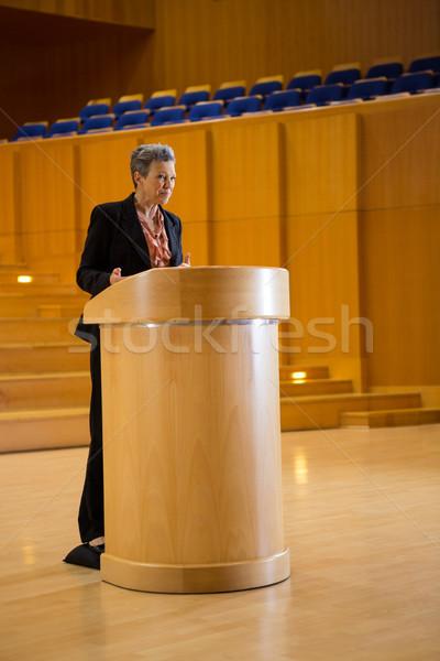 Vrouwelijke business uitvoerende toespraak vrouw vergadering Stockfoto © wavebreak_media