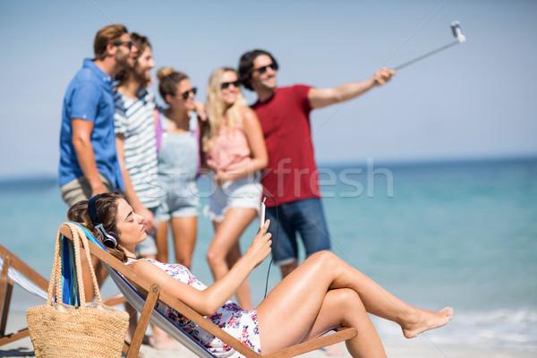 женщину расслабляющая палуба Председатель друзей Сток-фото © wavebreak_media