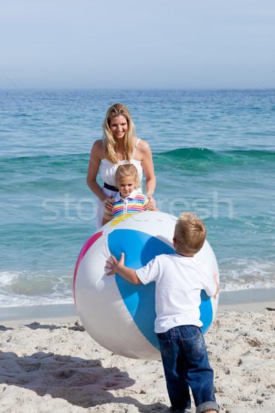 Gondoskodó anya gyerekek játszik labda tengerpart Stock fotó © wavebreak_media