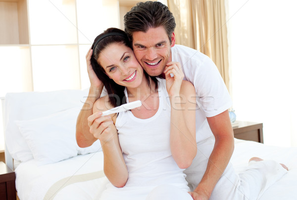 Couple sur résultats test de grossesse Photo stock © wavebreak_media