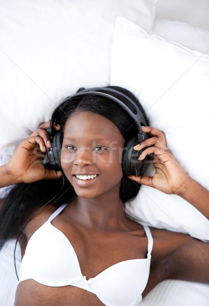 женщину прослушивании музыку кровать ярко белье Сток-фото © wavebreak_media