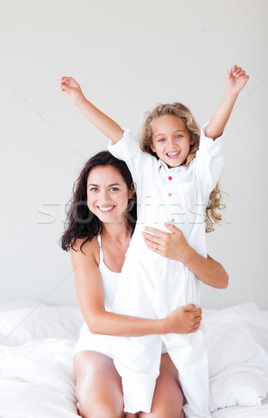 Attentif mère fille lit heureux Photo stock © wavebreak_media