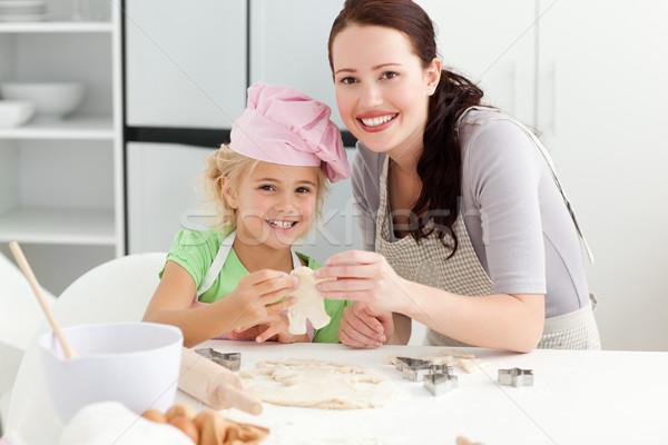 Cute dochter moeder tonen cookie vorm Stockfoto © wavebreak_media