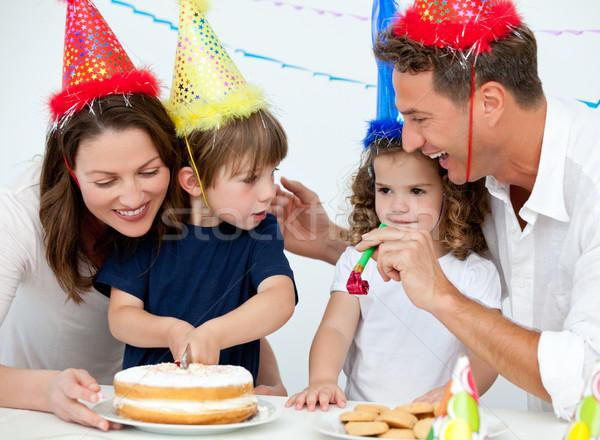 Frère soeur célébrer anniversaire maison parents Photo stock © wavebreak_media