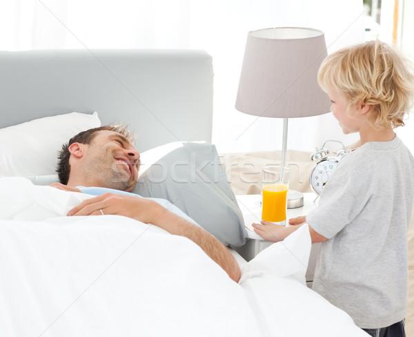 Cute jongen ontbijt vader bed home Stockfoto © wavebreak_media