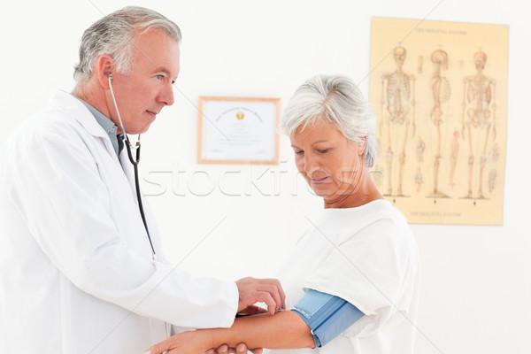 Lekarza ciśnienie krwi pacjenta medycznych domu Zdjęcia stock © wavebreak_media