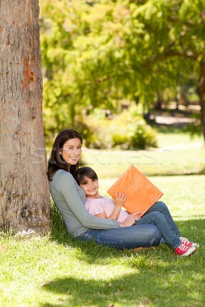 Madre figlia guardando album foto famiglia Foto d'archivio © wavebreak_media