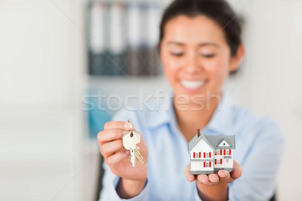 Charmant vrouw sleutels miniatuur huis Stockfoto © wavebreak_media