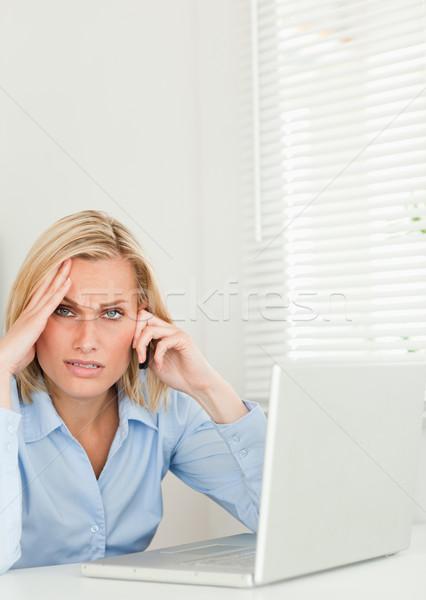 Frustrado empresária sessão caderno telefone Foto stock © wavebreak_media