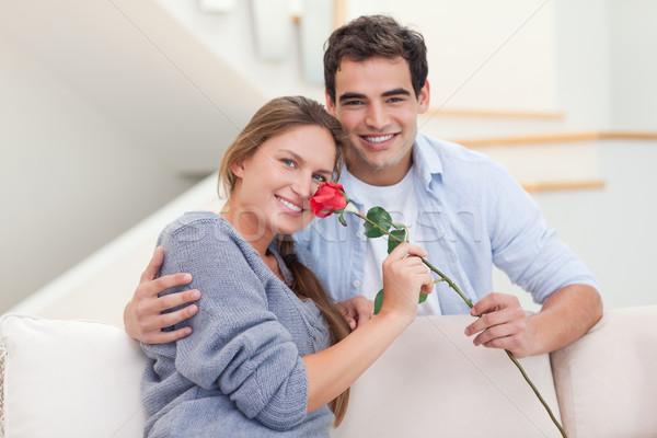 Joven ofrecimiento aumentó compañera salón cara Foto stock © wavebreak_media