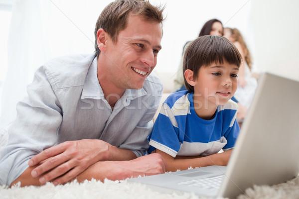 Stok fotoğraf: Oğul · baba · dizüstü · bilgisayar · kullanıyorsanız · birlikte · halı · ev