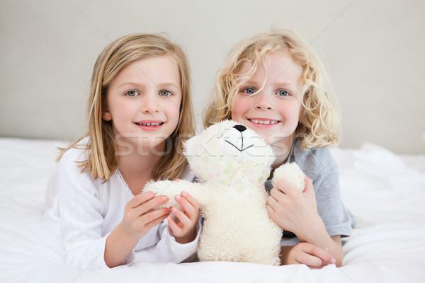 Broers en zussen bed samen teddy home leuk Stockfoto © wavebreak_media
