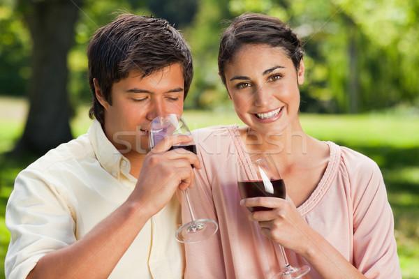женщину глядя впереди улыбаясь друга напитки Сток-фото © wavebreak_media