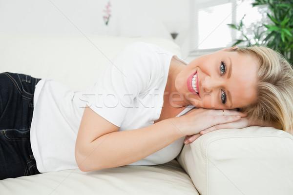 Kobieta głowie sofa dżinsy salon Zdjęcia stock © wavebreak_media