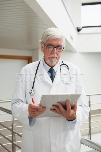 Stok fotoğraf: Doktor · bakıyor · hasta · Dosyaları · hastane · koridor