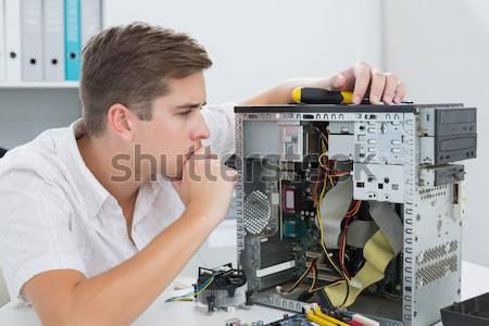 Foto stock: Ordenador · ingeniero · de · trabajo · CPU · llamada · jóvenes