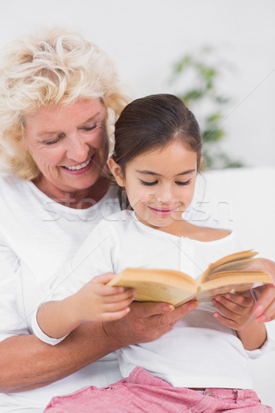Wnuczka babcia czytania wraz sofa domu Zdjęcia stock © wavebreak_media