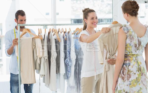 Vendedor ajuda escolher roupa armazenar Foto stock © wavebreak_media