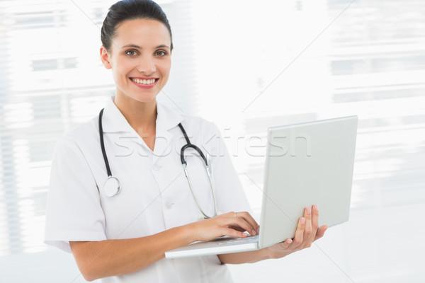 Portret glimlachend vrouwelijke arts met behulp van laptop jonge Stockfoto © wavebreak_media