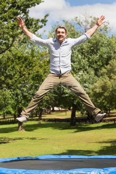 Gelukkig man springen hoog trampoline park Stockfoto © wavebreak_media