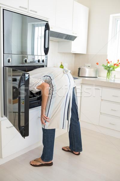 背面図 女性 見える オーブン キッチン ホーム ストックフォト © wavebreak_media