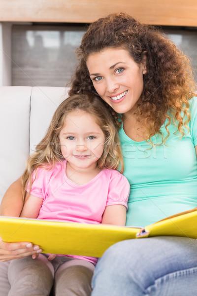 Mooie moeder vergadering weinig dochter lezing Stockfoto © wavebreak_media