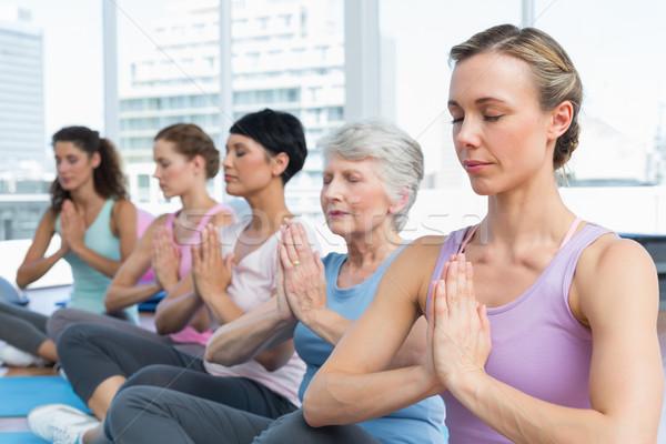 Osztály ül kezek csetepaté jóga női Stock fotó © wavebreak_media