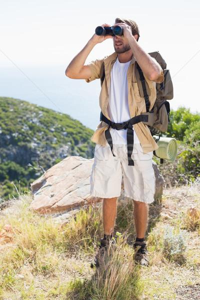 élégant randonneur regarder jumelles montagne Photo stock © wavebreak_media