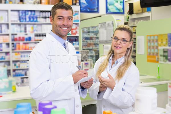 Squadra guardando medicina fotocamera ospedale farmacia Foto d'archivio © wavebreak_media