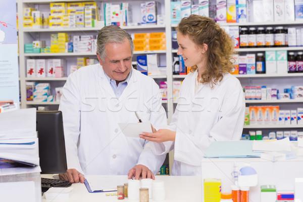 Csapat néz recept kórház gyógyszertár férfi Stock fotó © wavebreak_media