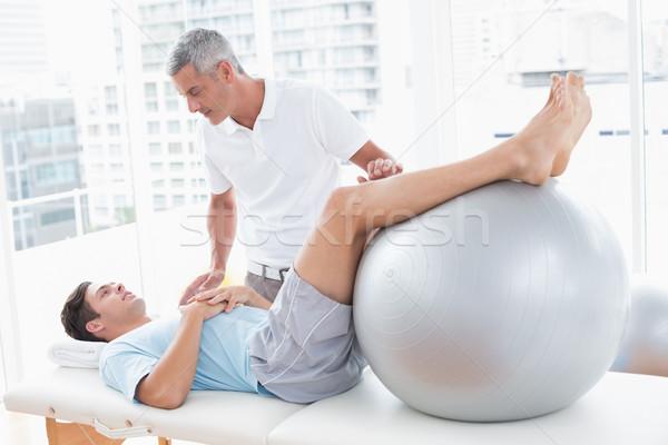 Therapeut helfen Patienten Ausübung Ball medizinischen Stock foto © wavebreak_media